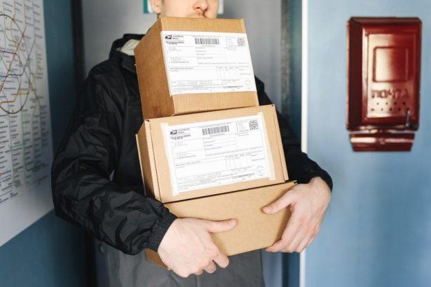 Czy kurier ma obowiązek wnieść paczkę pod mieszkanie